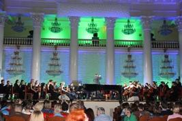 Выступление симфонического оркестра на торжественной церемонии закрытия чемпионата