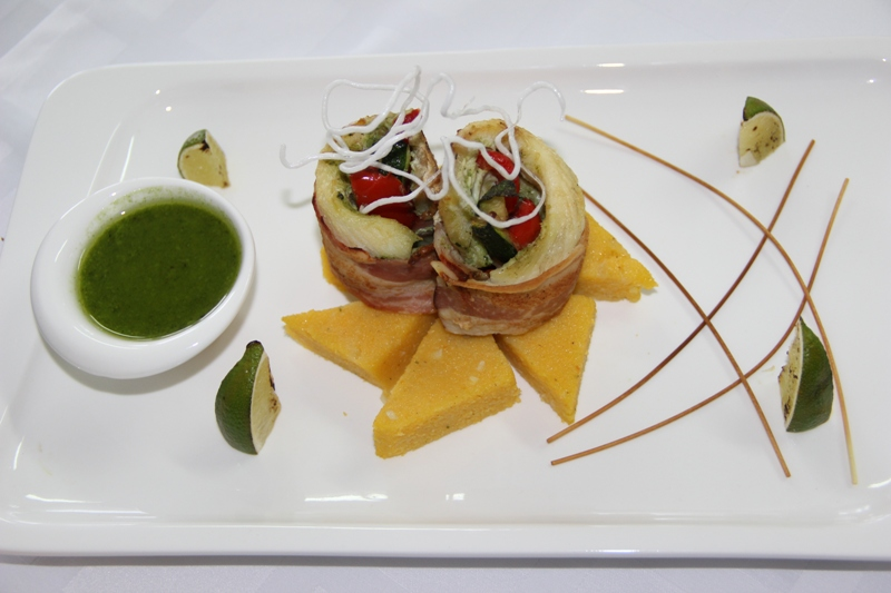 Блюдо из рыбы с гарниром «полента» и соусом «песто»